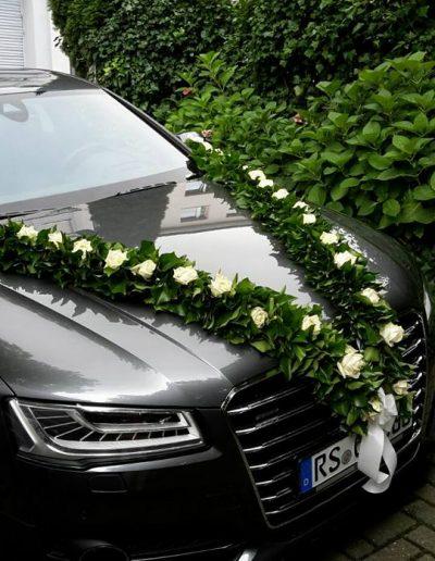 Stilvoller Schmuck des Brautwagens in Girlandenform