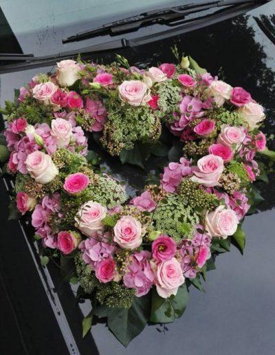 Herzförmiges Hochzeitsgesteck in romantischem Look