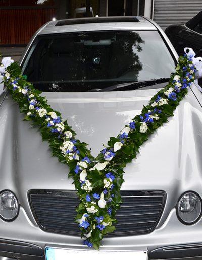 Autoschmuck für die Hochzeitsfahrt in blau und weiß