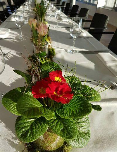 Blumenband für die festliche Tafel