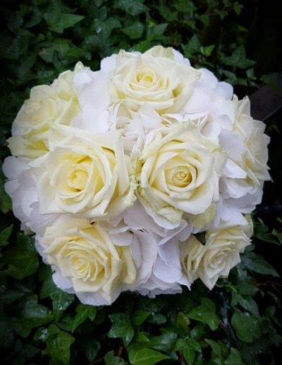 Brautstrauß mit weißen und pastellgelben Rosen