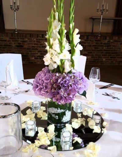 Hortensien und Gladiolen als festlicher Tischschmuck