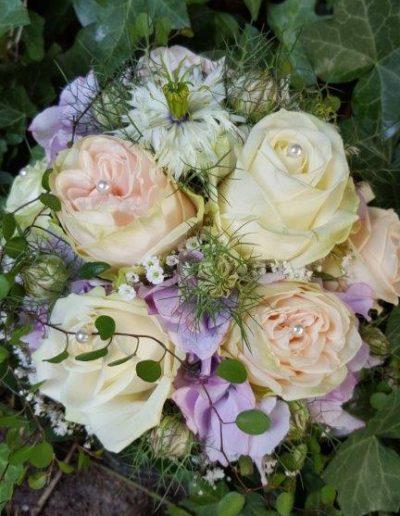 Brautstrauß pastellig romatisch mit Perlenverzierung