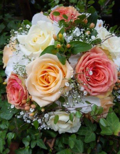 Brautstrauß in warmen Pastelltönen