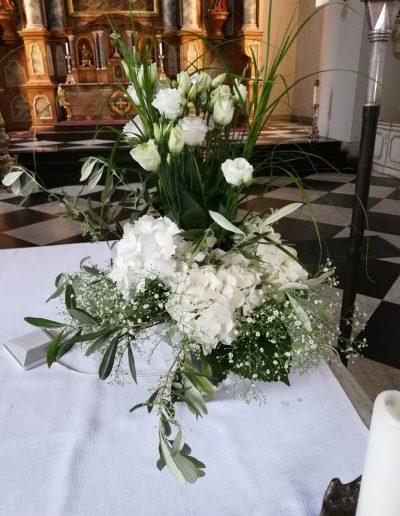 Altarschmuck aus weißen Blüten und Olivenzweigen