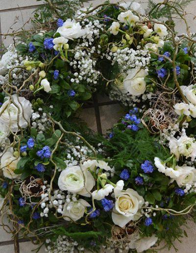 Trauerkranz mit Blumen, Zweigen und Grün