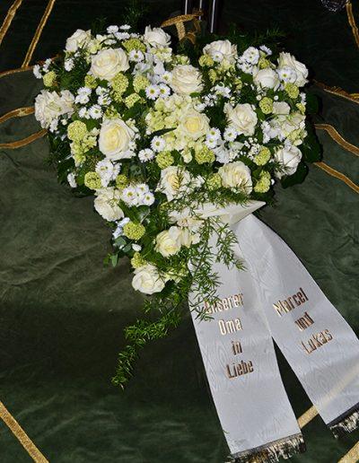 Herzförmiges Trauergesteck weiß und zartgrün
