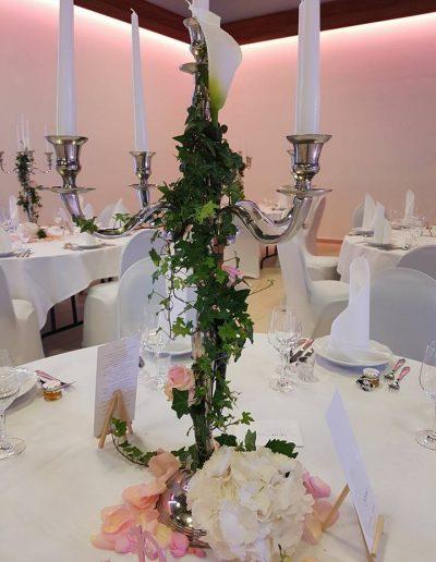 Tischdekoration mit Calla, Rosen, Efeu und Hortensienblüte